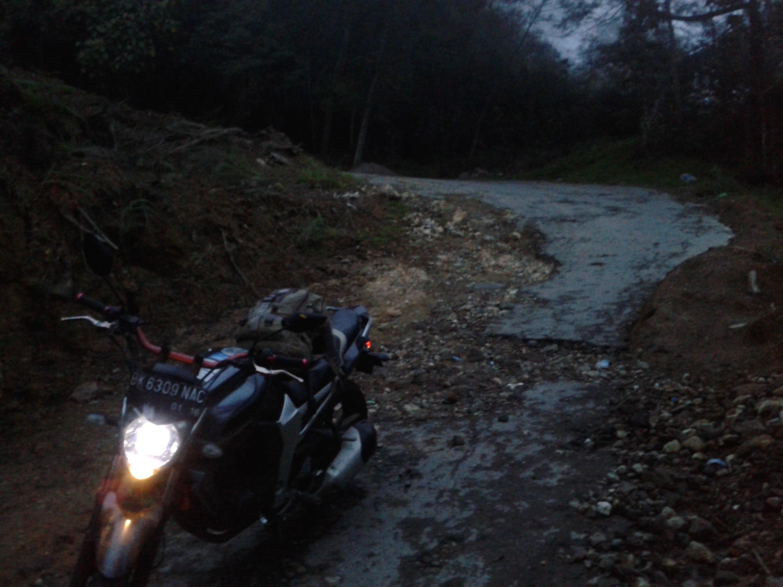 Вот на такой дороге мы упали, только чуть выше, на другом повороте, более крутом и разбитом.