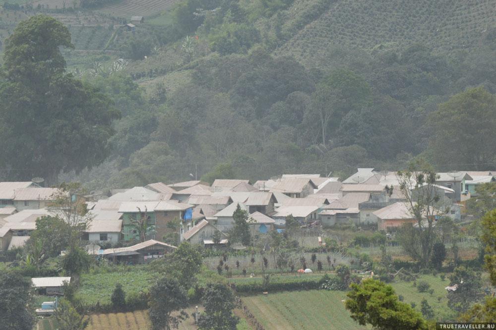 Припорошен крыши домов всех ближайших городков и деревень. Фото мыльное из-за дымки.
