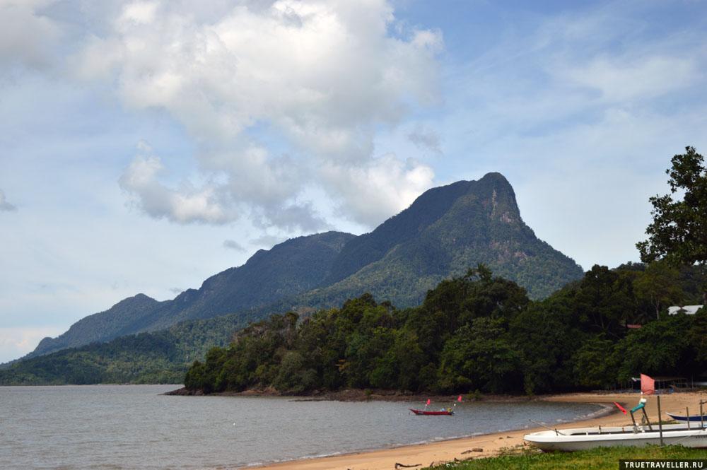Пляж и горы к северу от Кучинга.