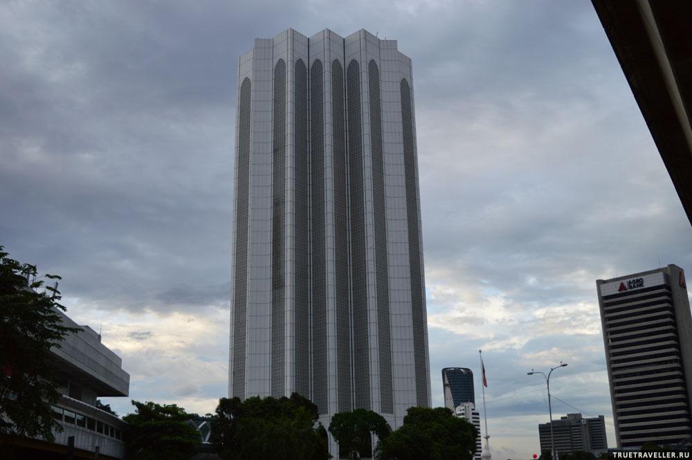 Здание, которое сложно поймать на фотоснимок - его грандиозность не передается. Протестантская, тоталитарная высотка - архитектура в духе Оруэлла или Брежнева.