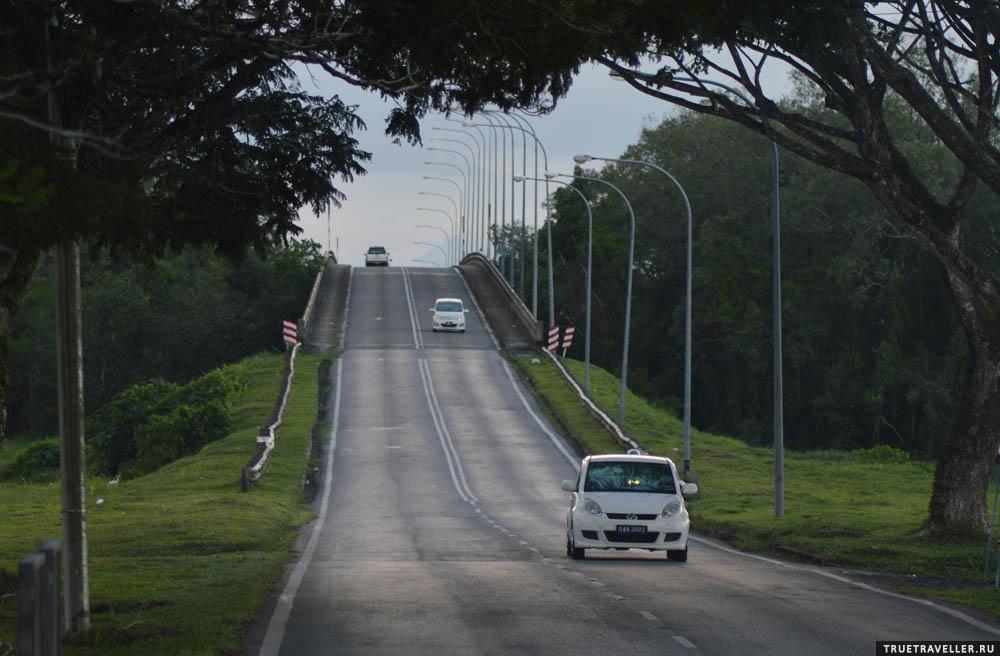 Вечером на дорогах Саравака, Борнео.