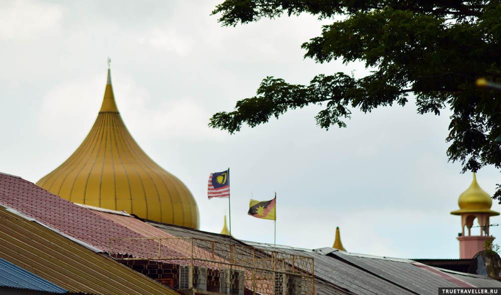 Флаги Малайзии и Саравака.