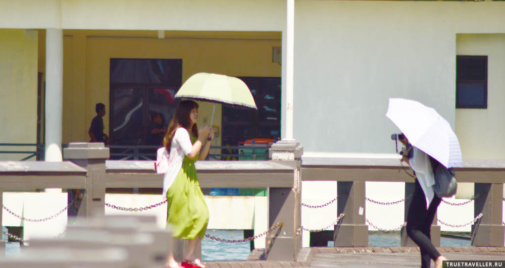 Китаяночки с зонтиками тоже есть.