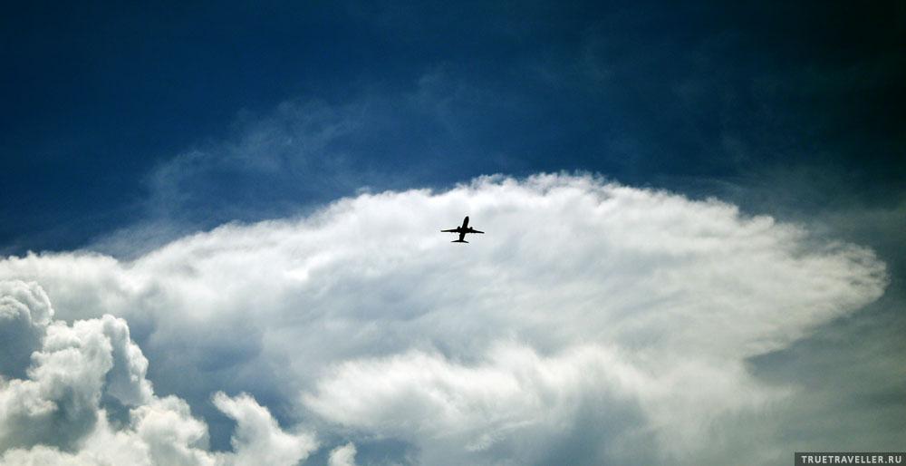 Над городом гудят самолеты (аэропорт совсем близко к центру).