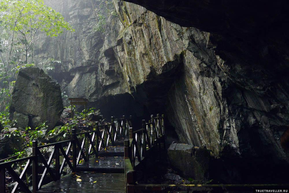 Помост вокруг пещеры.
